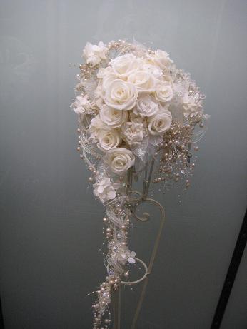 白バラのキャスケードブーケ(p-001)